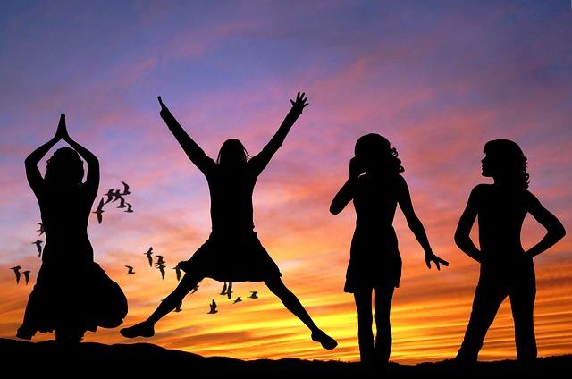 GirlsWomen_Happy_girls-407685_640